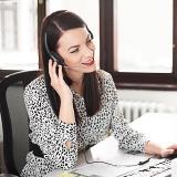 pracovnicka zakaznickej podpory TJ Legal telefonuje so zakaznikom