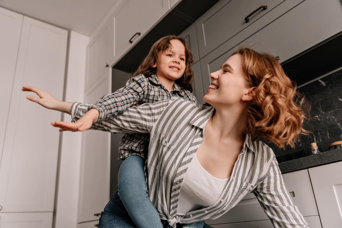 slobodná matka sa hrá s dcérou