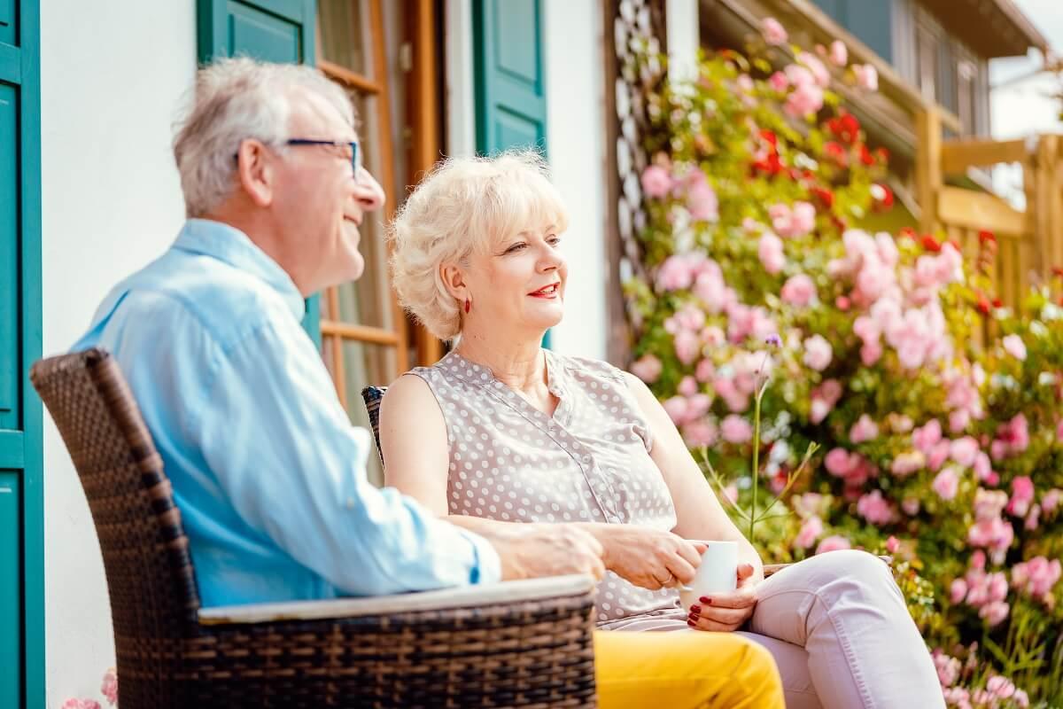 veselí seniori na lavičke poberajúci nemecký dôchodok