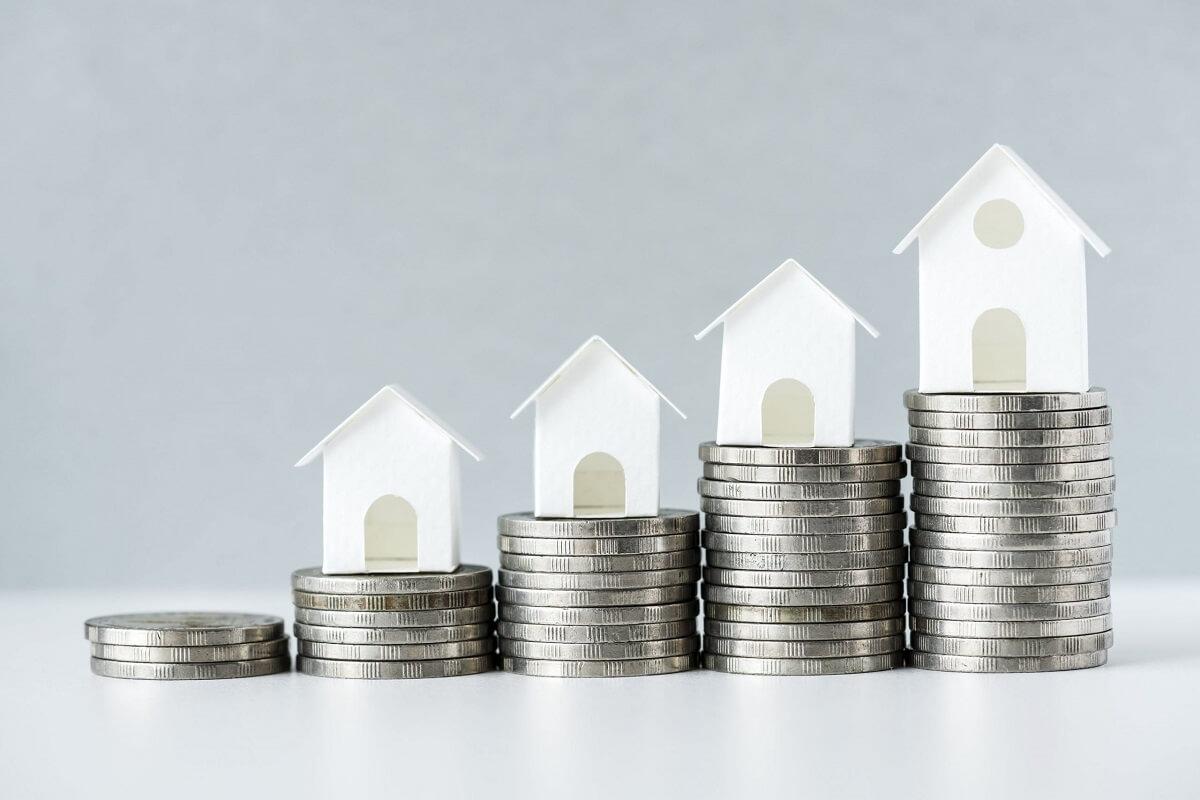mince znázorňujúce sporenie na bývanie