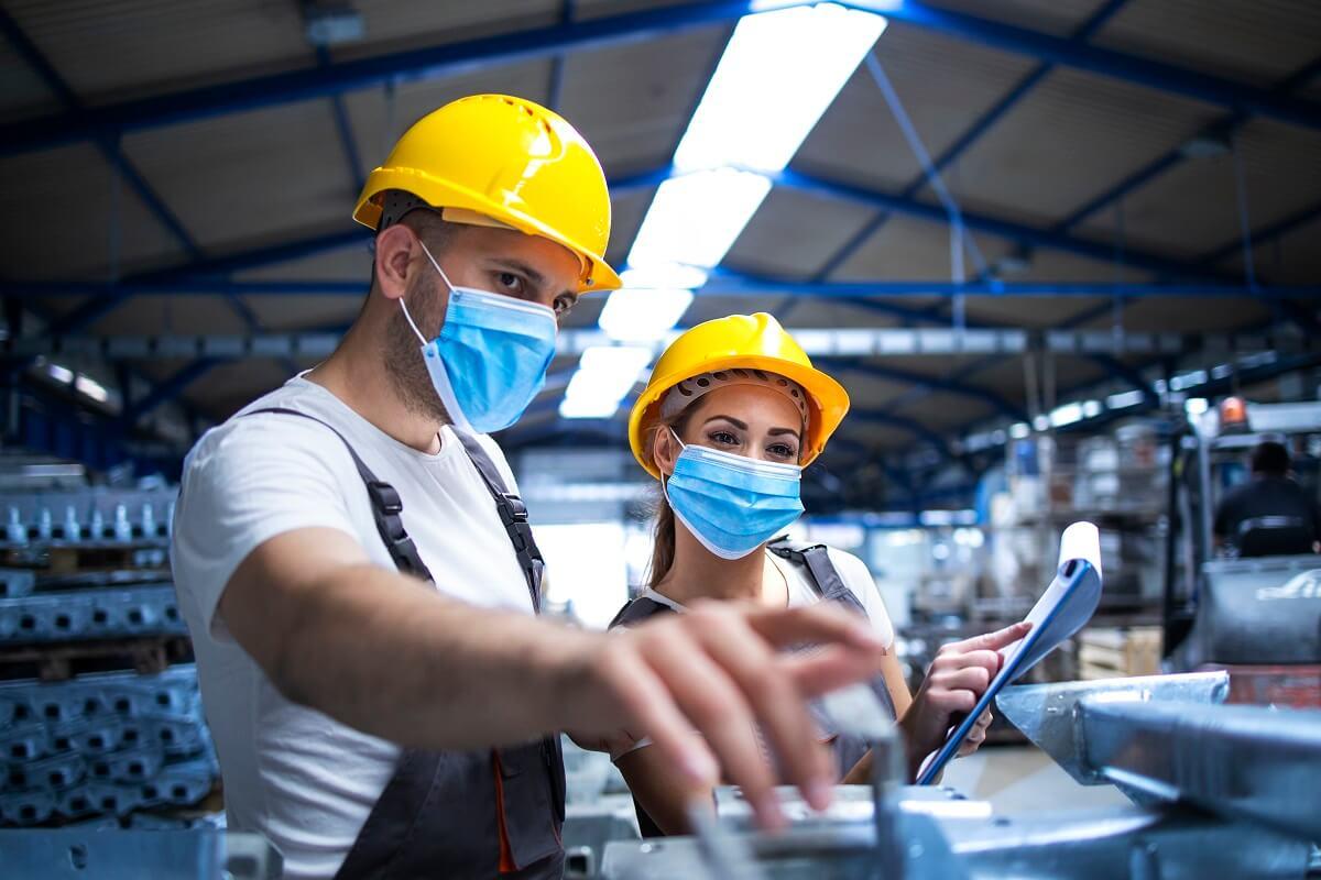 robotníci v práci s rúškami
