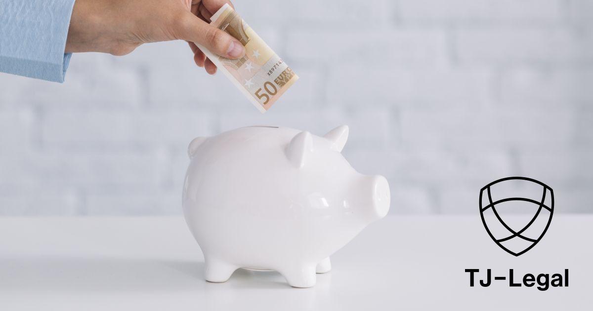 muž vkladá 50 € do pokladničky